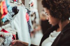 Het portret van de schuine standverschuiving van Braziliaans meisje tijdens het winkelen stock afbeeldingen