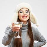 Het portret van de stijlkleren van de vrouwenwinter Het glimlachen model met alcohol Royalty-vrije Stock Foto's