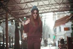 Het portret van de straatmanier van jong meisje Royalty-vrije Stock Foto