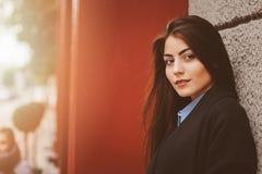 Het portret van de straatstijl van jong vrouwelijk meisje in zwarte laag Stock Foto's