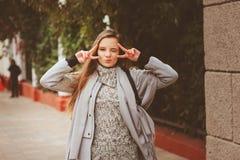 Het portret van de straatstijl van het jonge mooie gelukkige meisje lopen in de herfststad Stock Fotografie