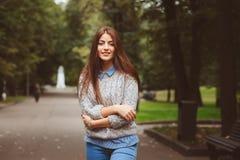 Het portret van de straatstijl van het jonge mooie gelukkige meisje lopen in de herfststad Royalty-vrije Stock Fotografie