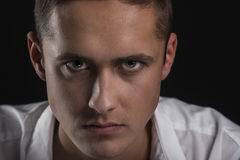 Het portret van het close-up van de ernstige en mooie jonge mens Stock Afbeeldingen