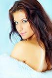 Het portret van de studio van een mooie jonge donkerbruine vrouw Royalty-vrije Stock Foto
