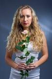 Het portret van de studio van een mooie jonge vrouw met ro stock fotografie