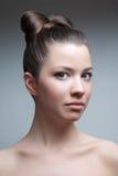 Het portret van de studio van jonge aantrekkelijke vrouw met hai Stock Foto's