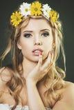Het portret van de studio van jonge vrouw met de bloemenkroon royalty-vrije stock foto's