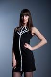Mooie brunette in zwarte kleding Royalty-vrije Stock Fotografie