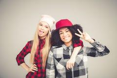 Het portret van de studiolevensstijl van twee het beste vrienden hipster meisjes gek gaan en het hebben van grote tijd samen Op stock afbeeldingen