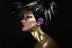 Het portret van de studioschoonheid van jonge vrouw met zwarte grafische make-up stock fotografie