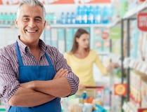Het portret van de supermarktbediende royalty-vrije stock foto's