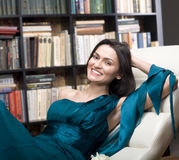 Het portret van de voorraadfoto van de lezingsboek van de schoonheids jong vrouw in bibliotheek Stock Foto's