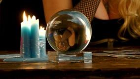 Het portret van de voorspeller van de toekomst wordt weerspiegeld in de kristallijne bal stock videobeelden