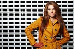 Het portret van de vrouw in de herfstkleur Stock Fotografie