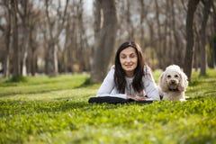 Het portret van de vrouw en van de hond Stock Foto's