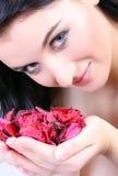 Het portret van de vrouw met bloemen Stock Afbeeldingen