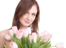 Het portret van de vrouw met boeket van tulpen Stock Fotografie