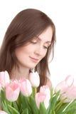 Het portret van de vrouw met boeket van tulpen stock foto's