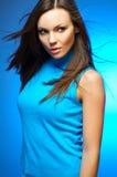 Het portret van de vrouw op Blauw stock afbeelding