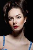 Het portret van de vrouw op donkere achtergrond Royalty-vrije Stock Afbeeldingen