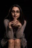 Het portret van de vrouw op zwarte achtergrond Royalty-vrije Stock Foto's