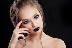 Het Portret van de Vrouw van de schoonheid Professionele Make-up en Manicure met smokeyogen Zwarte kleuren royalty-vrije stock afbeeldingen