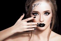 Het Portret van de Vrouw van de schoonheid De professionele Make-up en de Manicure met siverfolie schitteren, smokeyogen Zwarte k Royalty-vrije Stock Foto