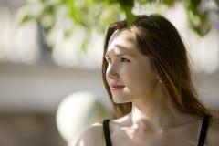 Het portret van de vrouw in zonnige dag Stock Afbeelding
