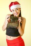 Het portret van de winter van een mooie vrouw met een gift Stock Foto