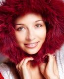 Het portret van de winter van gelukkige vrouw met bontkap royalty-vrije stock fotografie