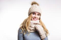 Het portret van het de winterclose-up van aantrekkelijke jonge blondevrouw die beige warme gebreide hoed met bont pompom en sjaal stock foto's