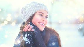 Het portret van het de wintermeisje Schoonheids blij modelmeisje die van aard genieten, die pret in de winterpark hebben Mooie jo royalty-vrije stock fotografie