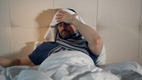 Het portret van de zieke man die in bed met de temperatuur liggen Close-up 4K stock footage