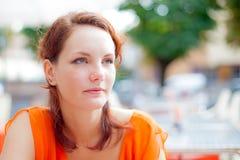 Het portret van de zomer van een mooi meisje Stock Foto's
