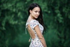 Het portret van de zomer van een mooi meisje Stock Afbeeldingen