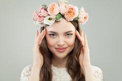 Het Portret van de de zomerschoonheid van vrij ModelWoman met Bruin Haar, Natuurlijke Make-up en Roze Bloemen Mooi vrouwelijk gez stock afbeelding