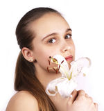 Het portret van de zorg van mooie vrouw met witte bloem Stock Foto's