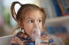 De baby van Nice maakt inhalatie Stock Fotografie