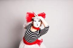 Het portret van een blijspelacteurvrouw kleedde zich omhoog aangezien, April Fools Day-concept naboots Royalty-vrije Stock Fotografie