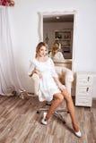 Het portret van een blonde haarbruid in witte kleding Royalty-vrije Stock Foto's