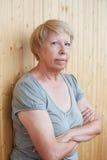 Het portret van een ernstige vrouw op middelbare leeftijd op de achtergrond van streeft na royalty-vrije stock foto