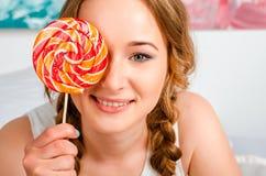 Het portret van een gelukkig, vrolijk, blonde jong meisje houdt bi Royalty-vrije Stock Foto's