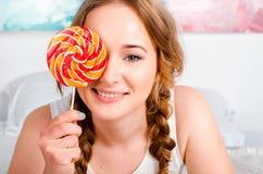 Het portret van een gelukkig, vrolijk, blonde jong meisje houdt bi Stock Foto