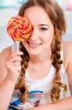 Het portret van een gelukkig, vrolijk, blonde jong meisje houdt bi Stock Foto's