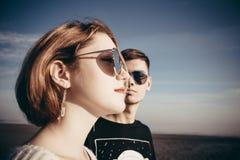 Het portret van een houdend van paar van tienerjaren in glazen is volgende stock afbeeldingen