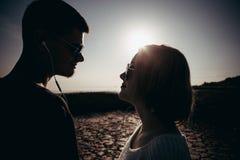 Het portret van een houdend van paar van tieners die glazen dragen is nex stock foto