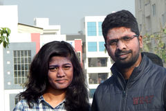 Het portret van een Indisch paar met kleurenpoeder behandelde gezicht tijdens holi van het vierings Hindoese festival Stock Fotografie