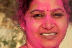 Het portret van een Indische vrouw met kleurenpoeder behandelde gezicht tijdens holi van het vierings Hindoese festival Royalty-vrije Stock Afbeelding