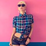 het jonge aantrekkelijke blonde meisje, land kijkt Stock Afbeeldingen
