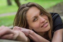 Het portret van een jong charmant meisje met verleidelijke seksueel kijkt tijdens een gang in Stryisky-Park in Lviv Royalty-vrije Stock Foto's